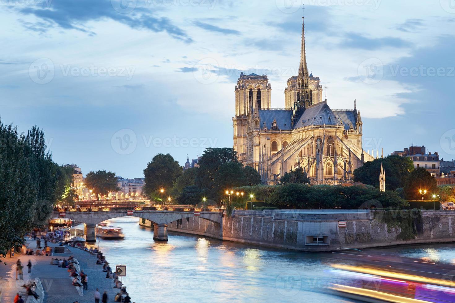 katedralen i Notre Dame de Paris i skymningen foto