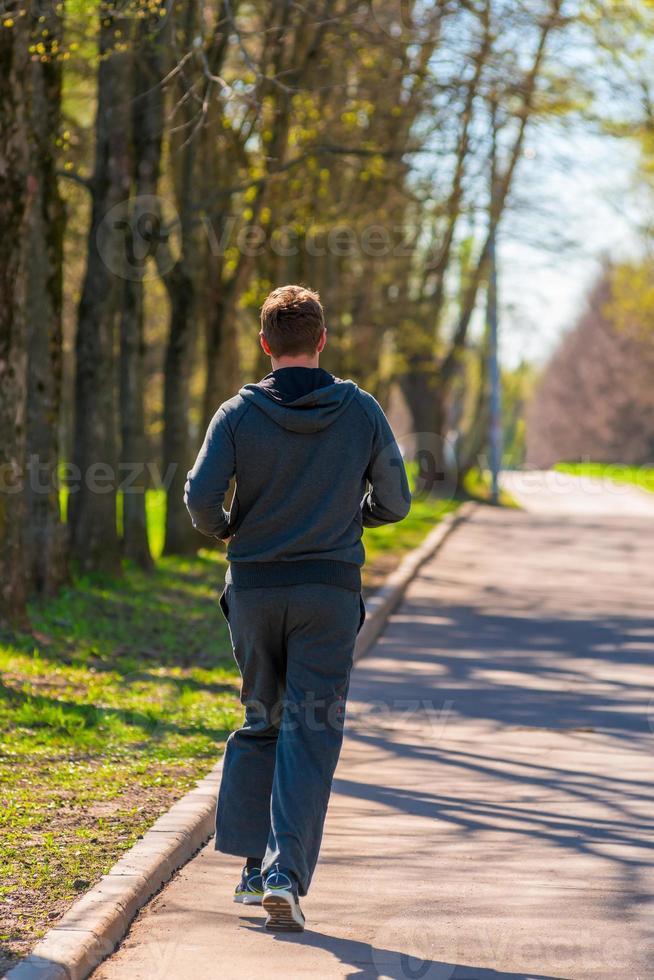 springande man i parkutsikten bakifrån foto