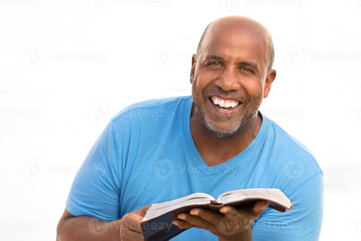 afrikansk amerikan man läser. foto
