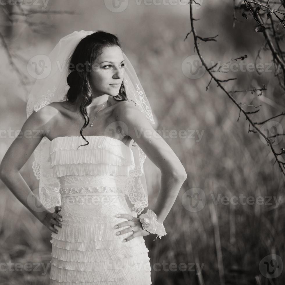 ung kaukasisk brud i underbar bröllopsklänning. foto