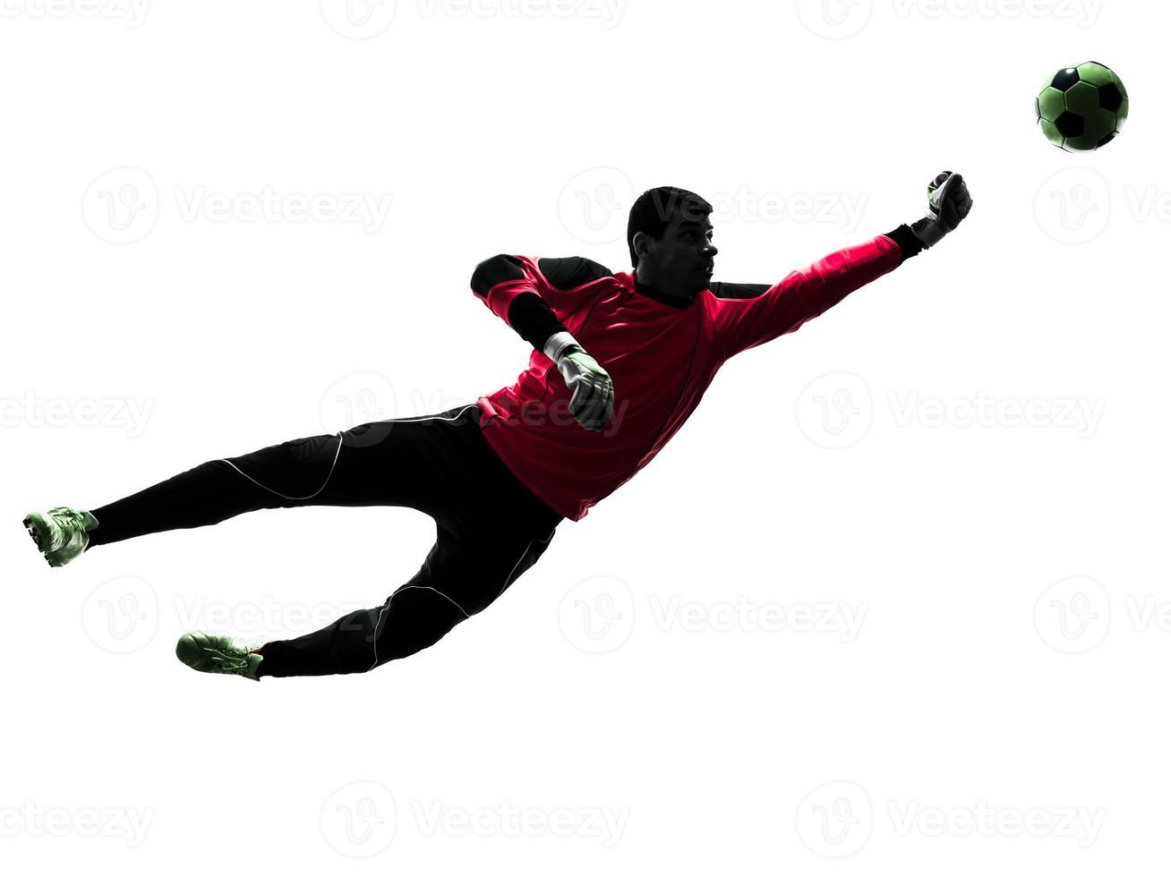 kaukasiska fotbollsspelare målvakt man stansning boll silhuett foto
