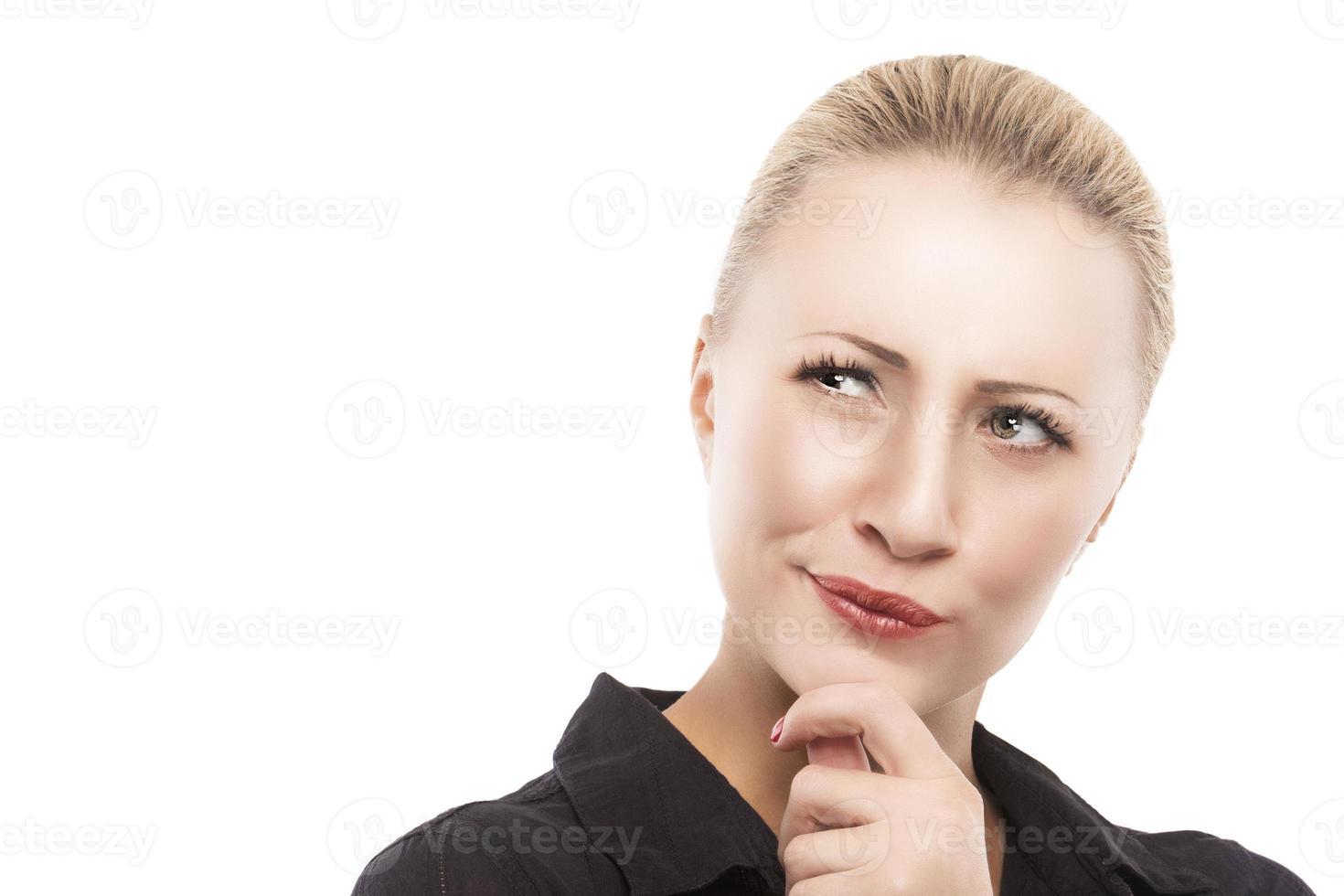 porträtt av allvarlig tankeväckande kaukasisk kvinna som tittar i sidled foto