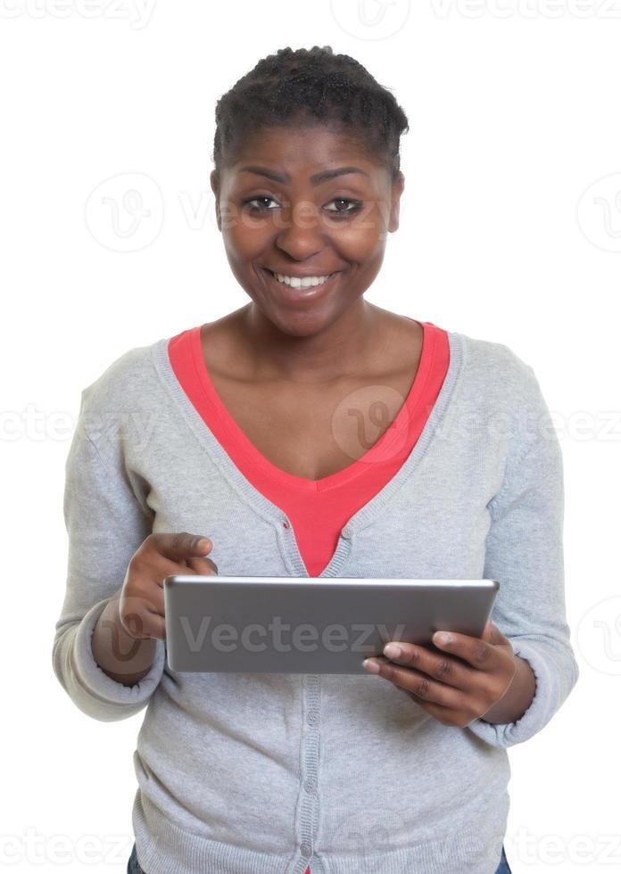 afrikansk amerikansk kvinna som arbetar med surfplattan foto