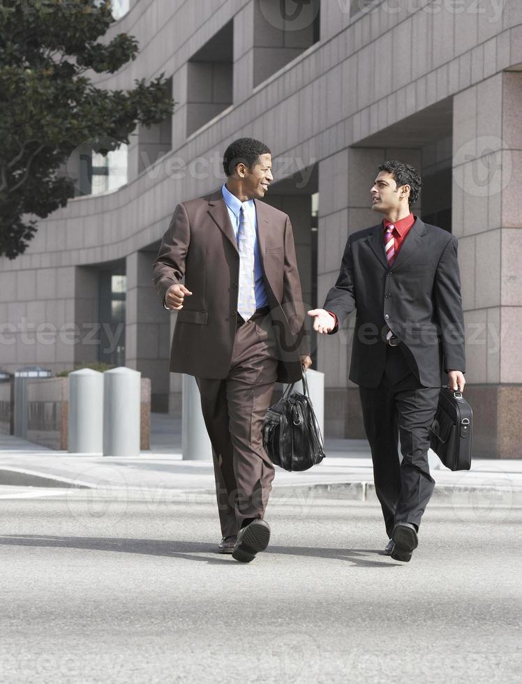 två affärsmän som går foto