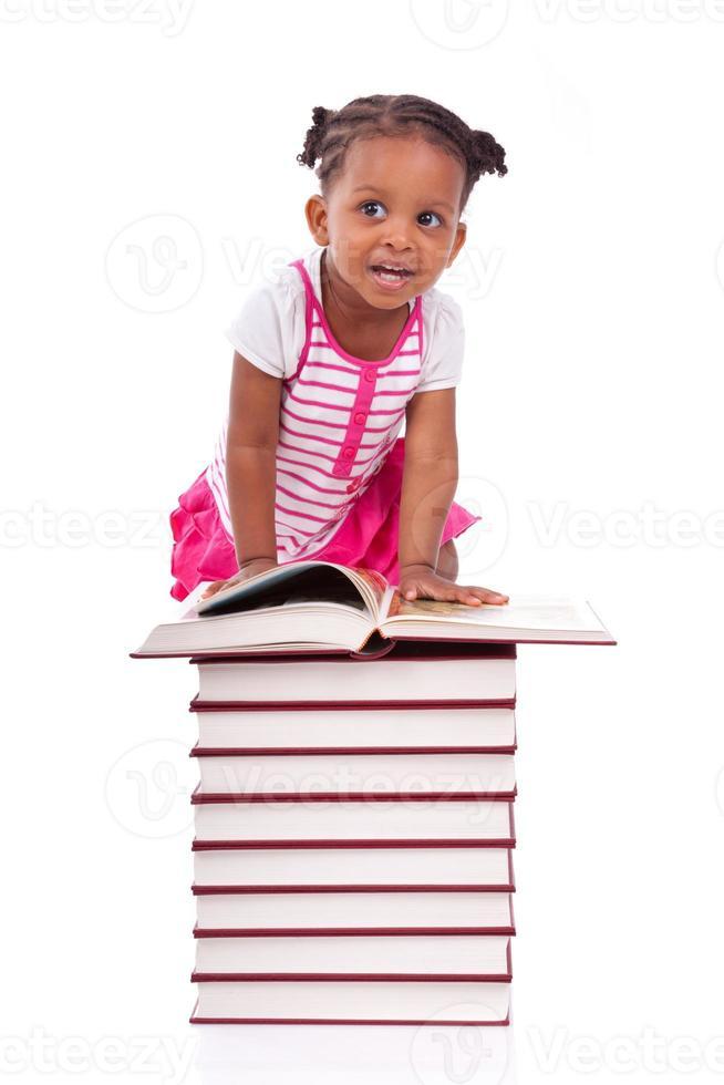 afroamerikansk liten flicka som läser en bok foto