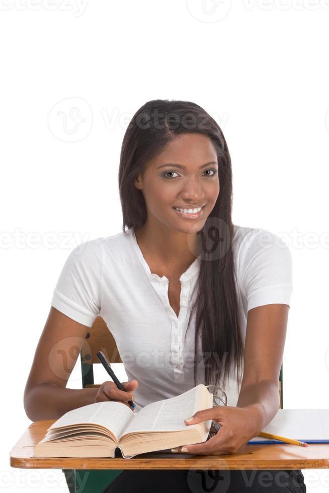 högskolestudent afrikansk amerikansk kvinna vid skrivbordet foto