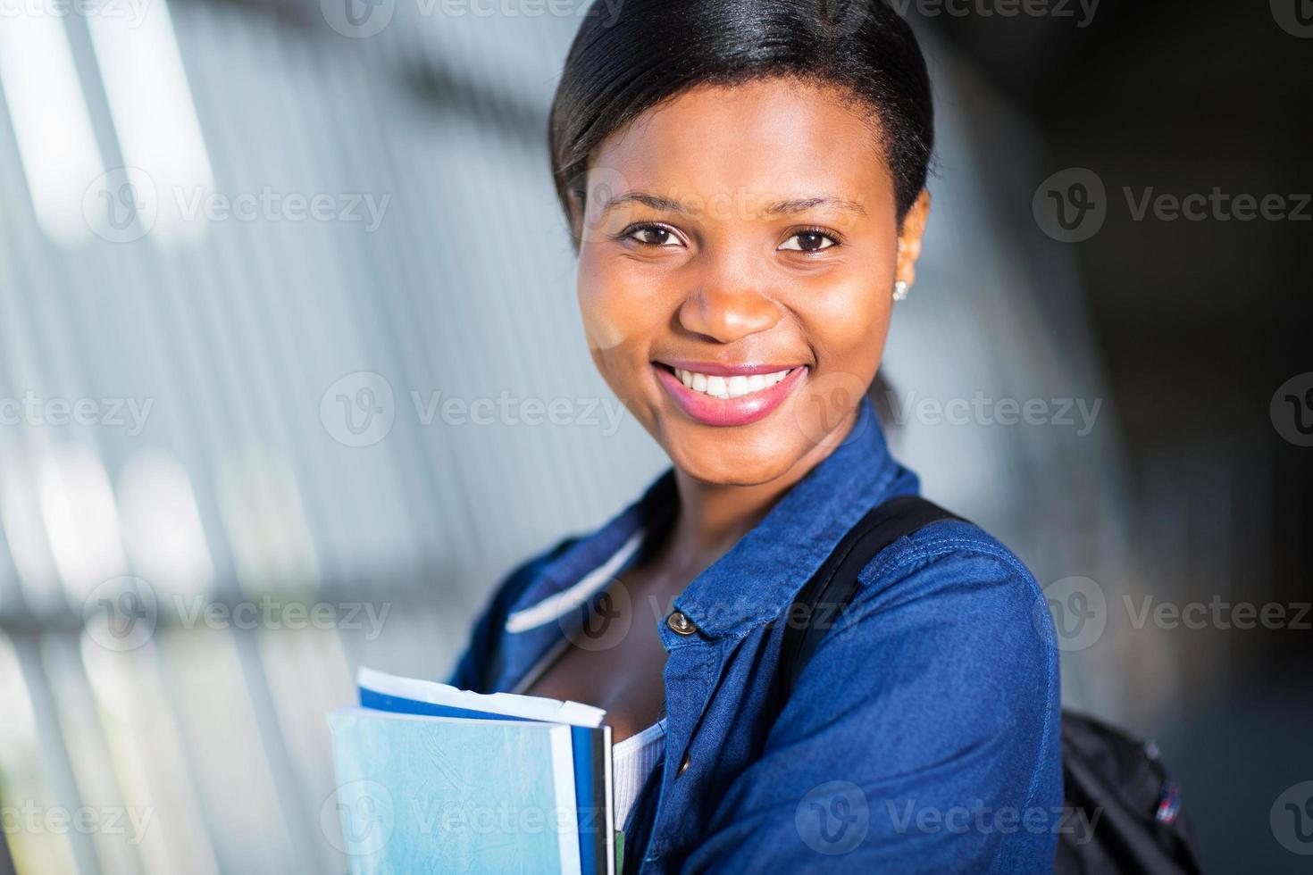 ung afrikansk amerikansk college flicka på nära håll foto