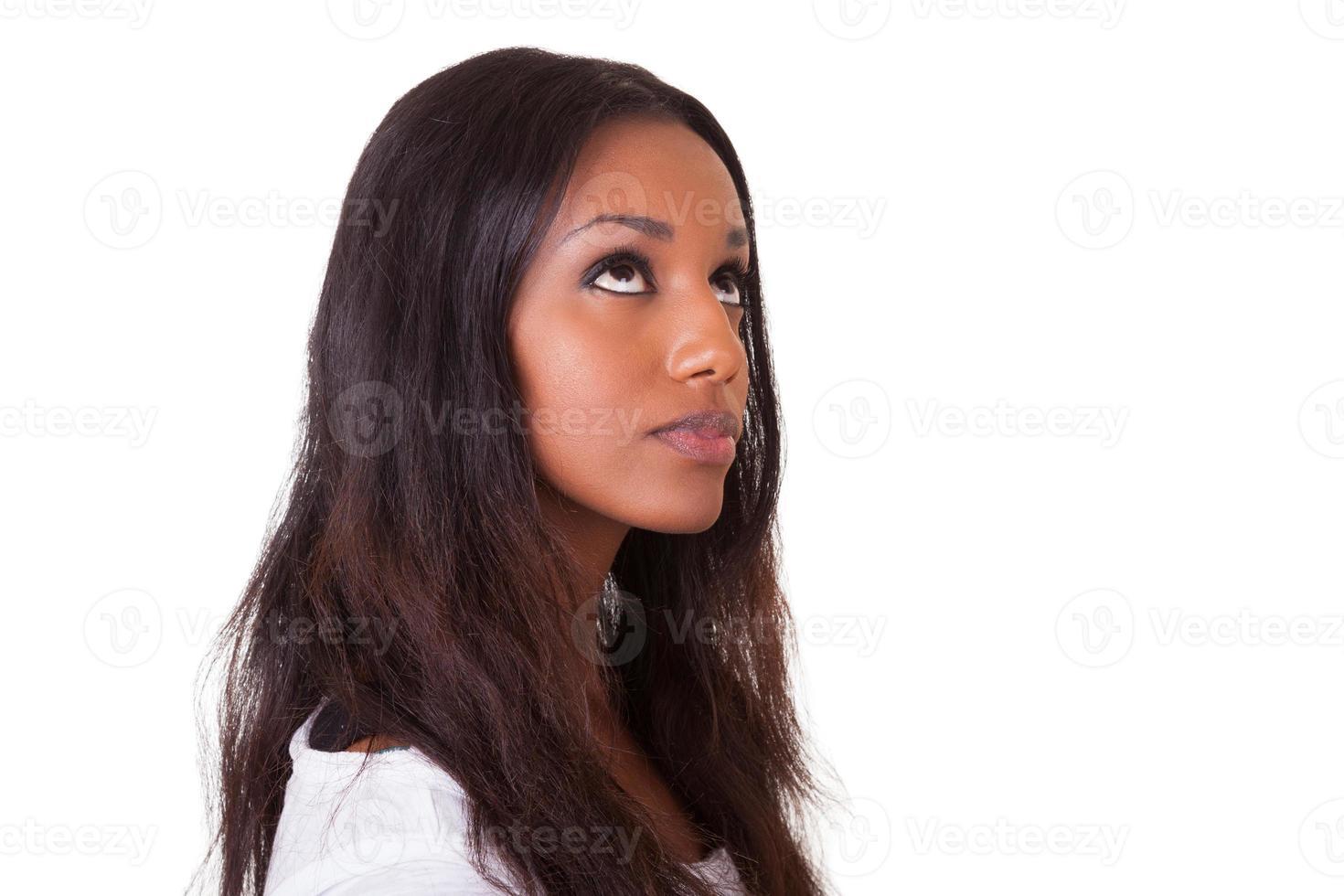 ung vacker svart kvinna som tittar upp foto