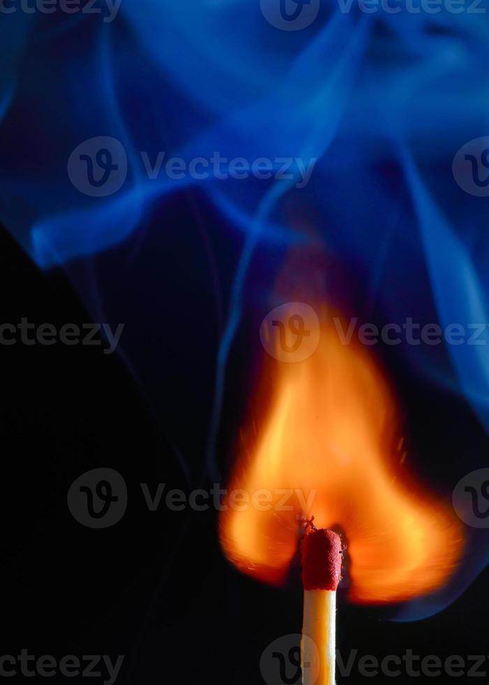 brinnande tändsticka med blå rök foto