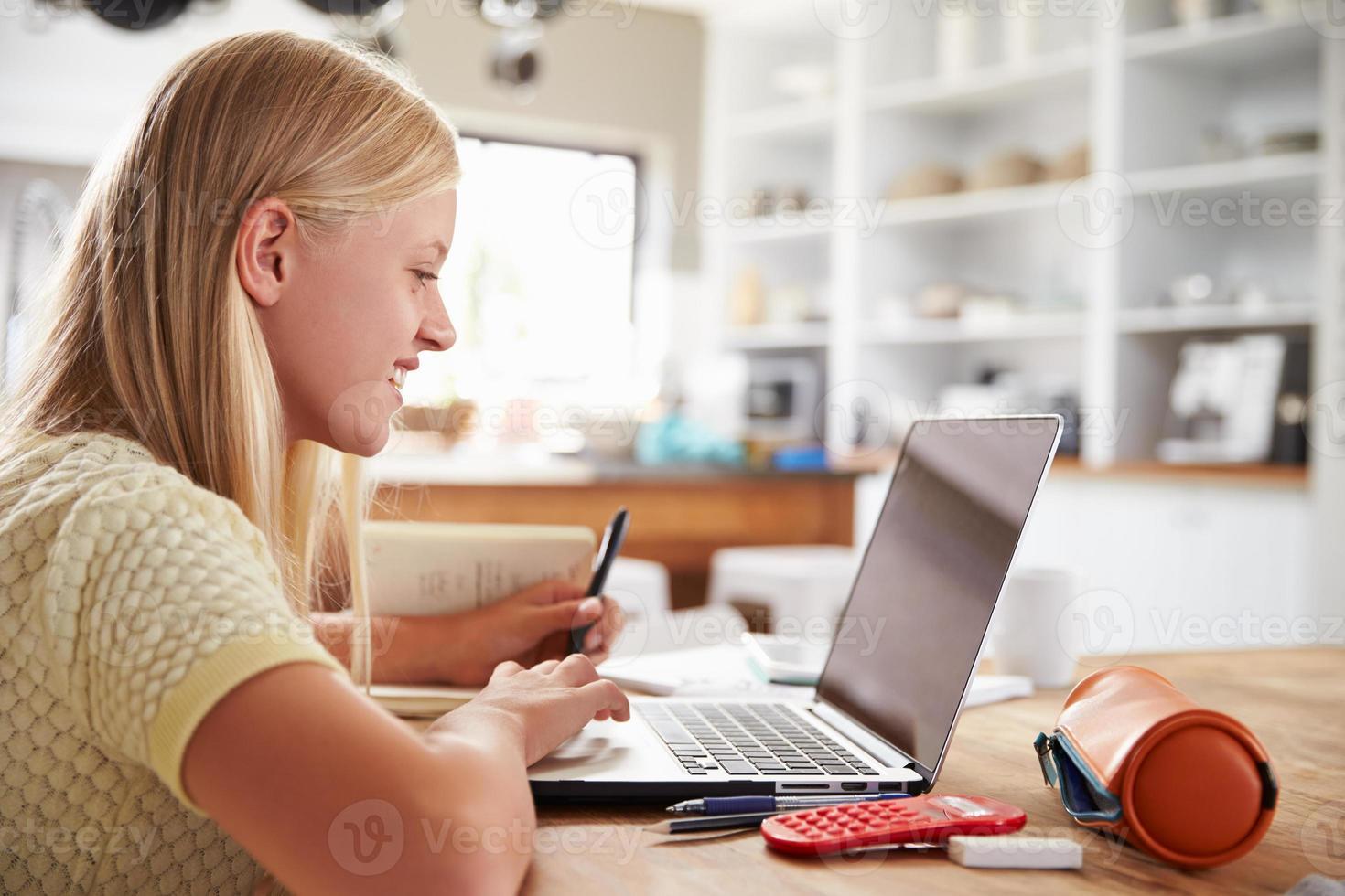 flicka som använder bärbar dator hemma foto