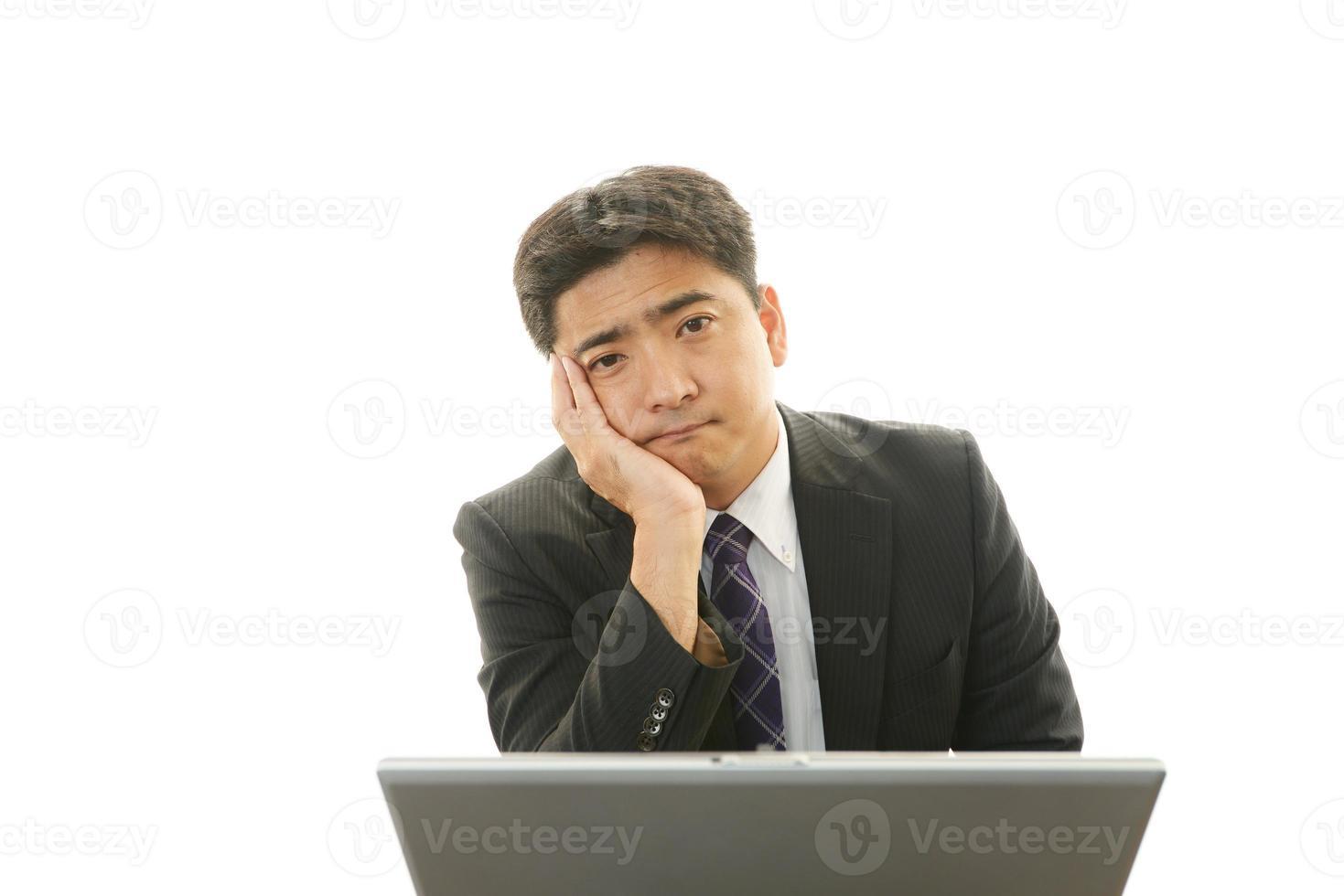 deprimerad asiatisk affärsman. foto
