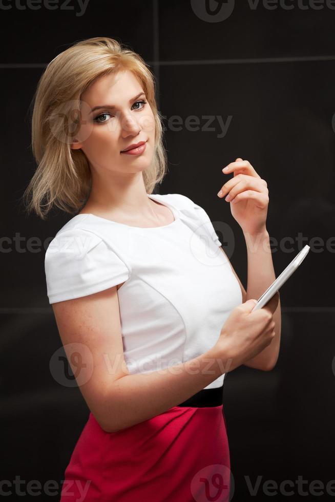 ung kvinna med en digital tablet PC foto