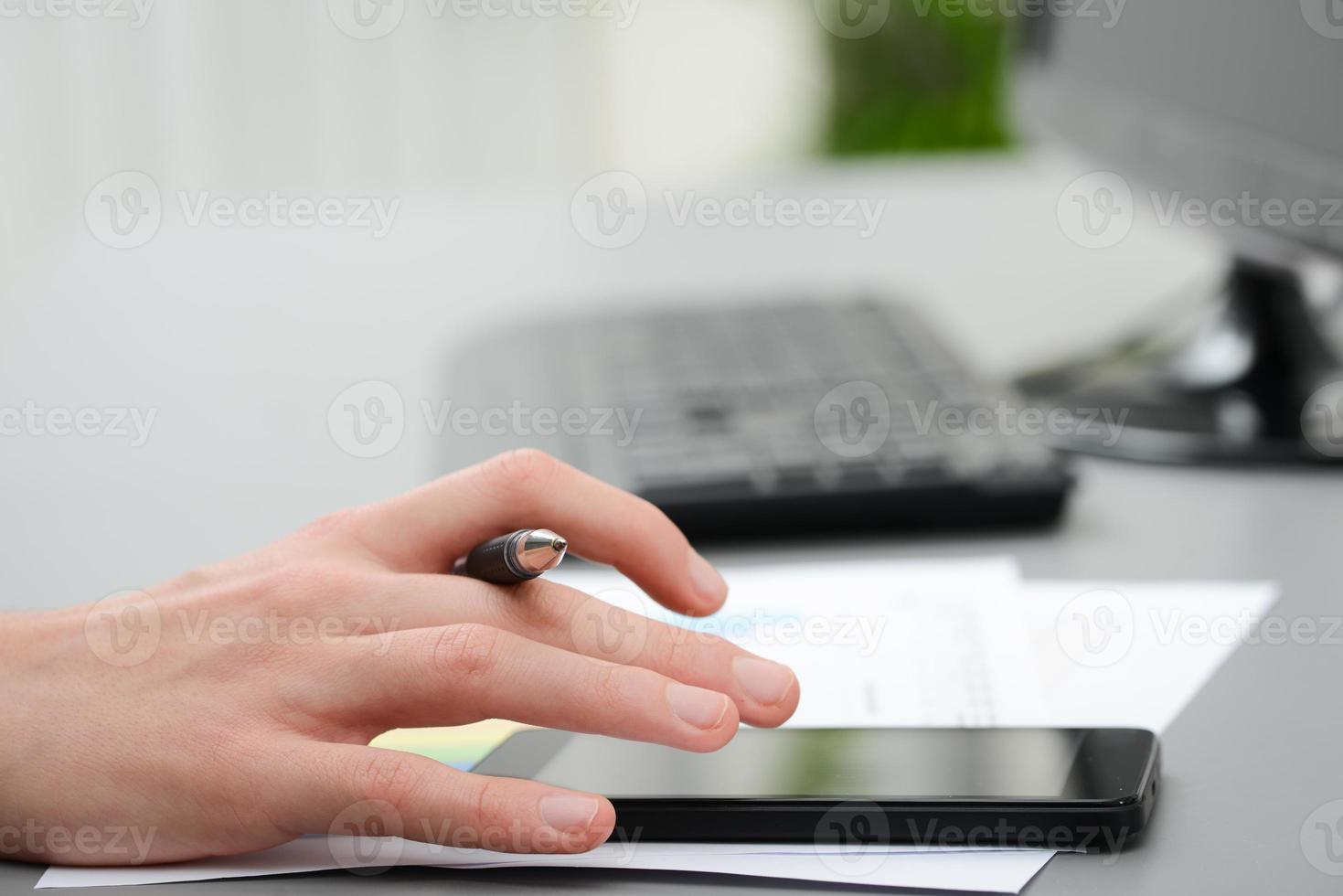 närbild detalj av händer att skriva på smartphone foto
