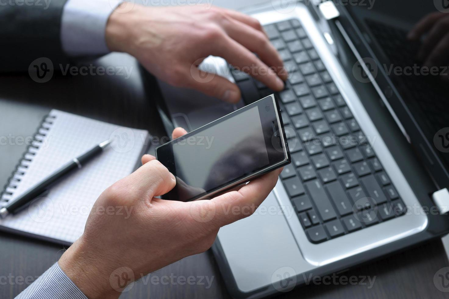 affärsmanhänder som gör något datorarbete foto