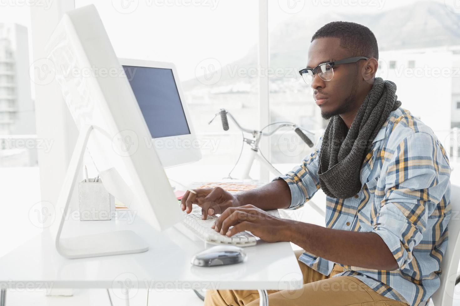 koncentrerad affärsman att skriva på tangentbordet foto