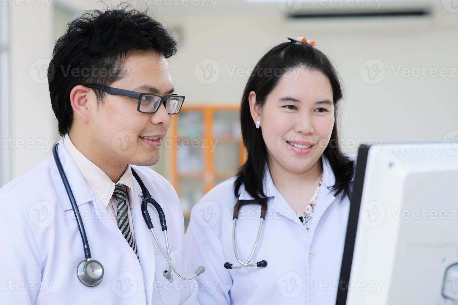 ung asiatisk läkare foto