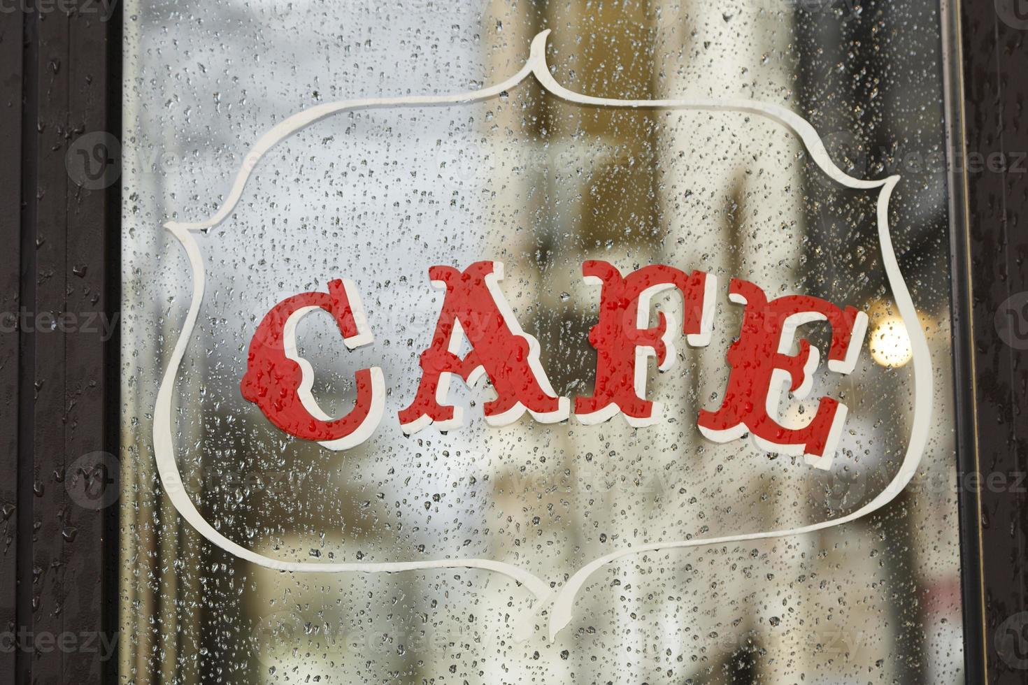 regnig dag på ett kafé i Paris, Frankrike foto