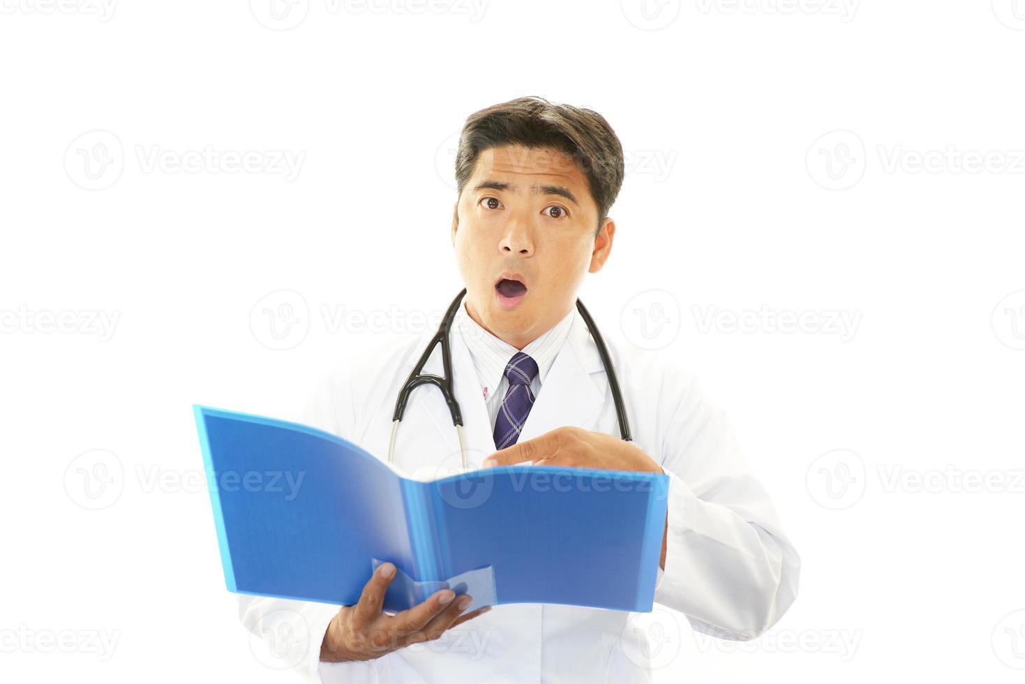 förvånad asiatisk läkare foto
