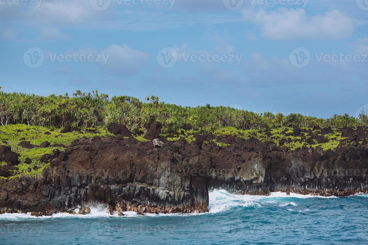 kustklippor - wai'anapanapa delstatspark, maui, hawaii foto