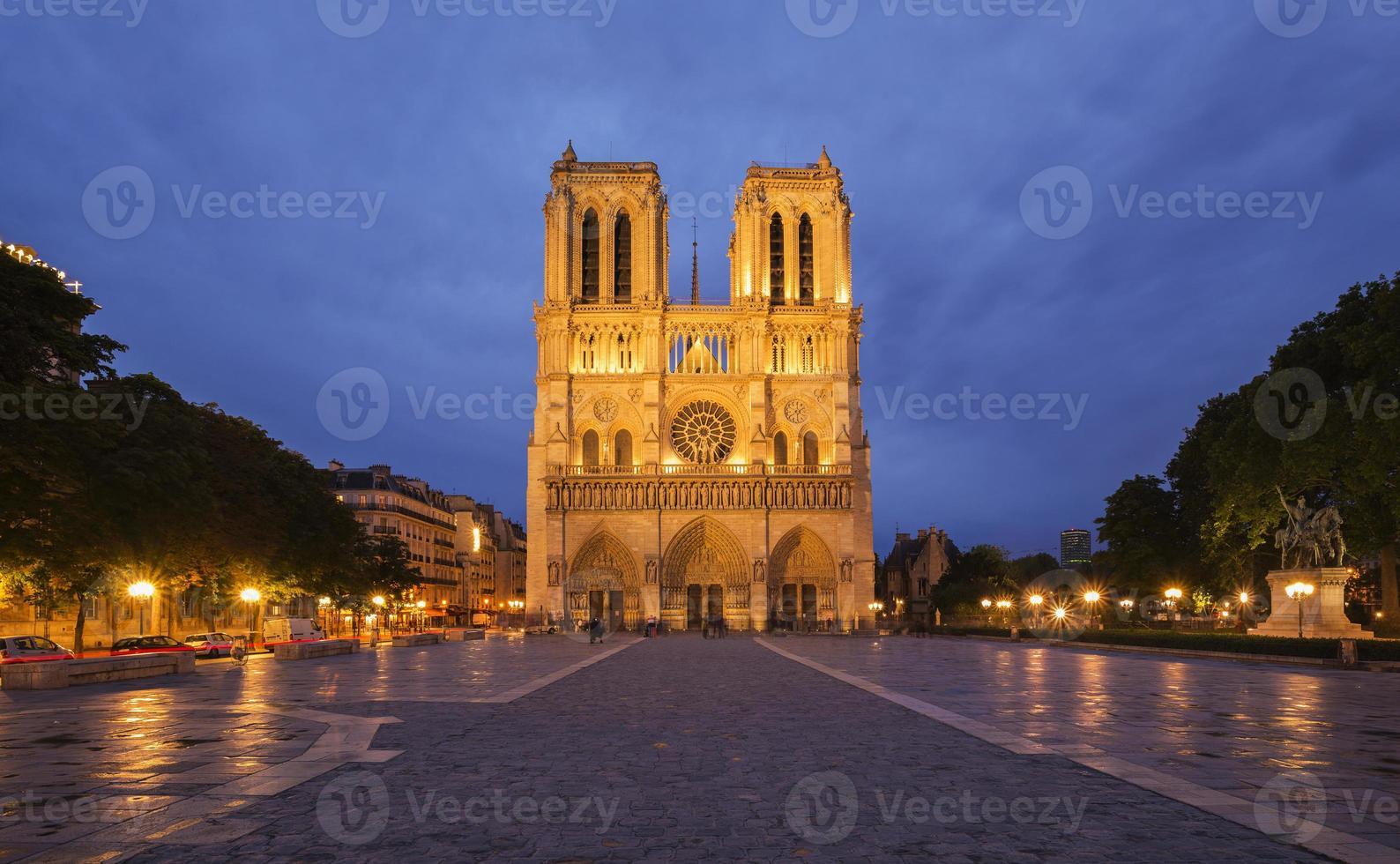 notre dame de paris vid skymningen, Frankrike foto
