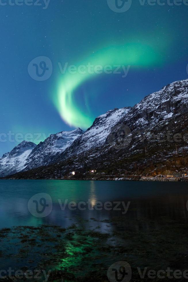 norrsken på himlen över den mörka horisonten foto