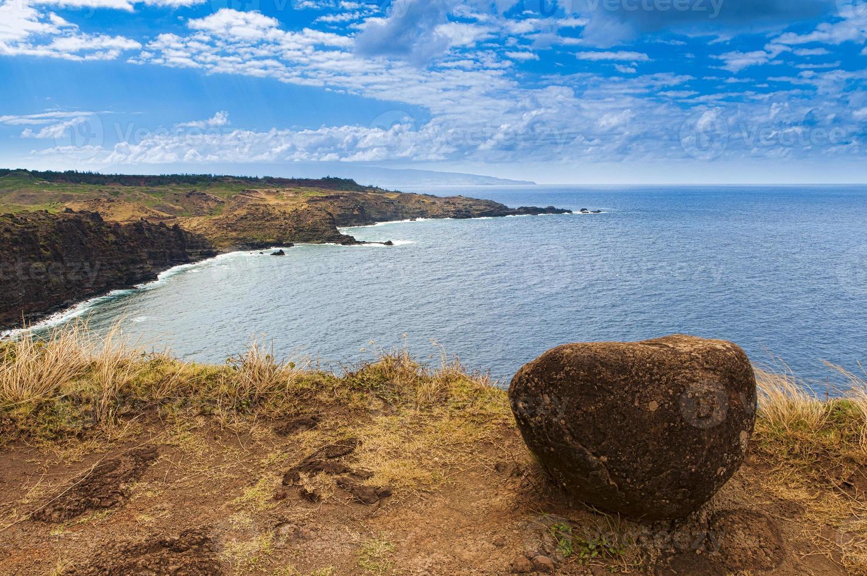stenblock på en klippa med utsikt över havet, maui, hawaii, usa foto