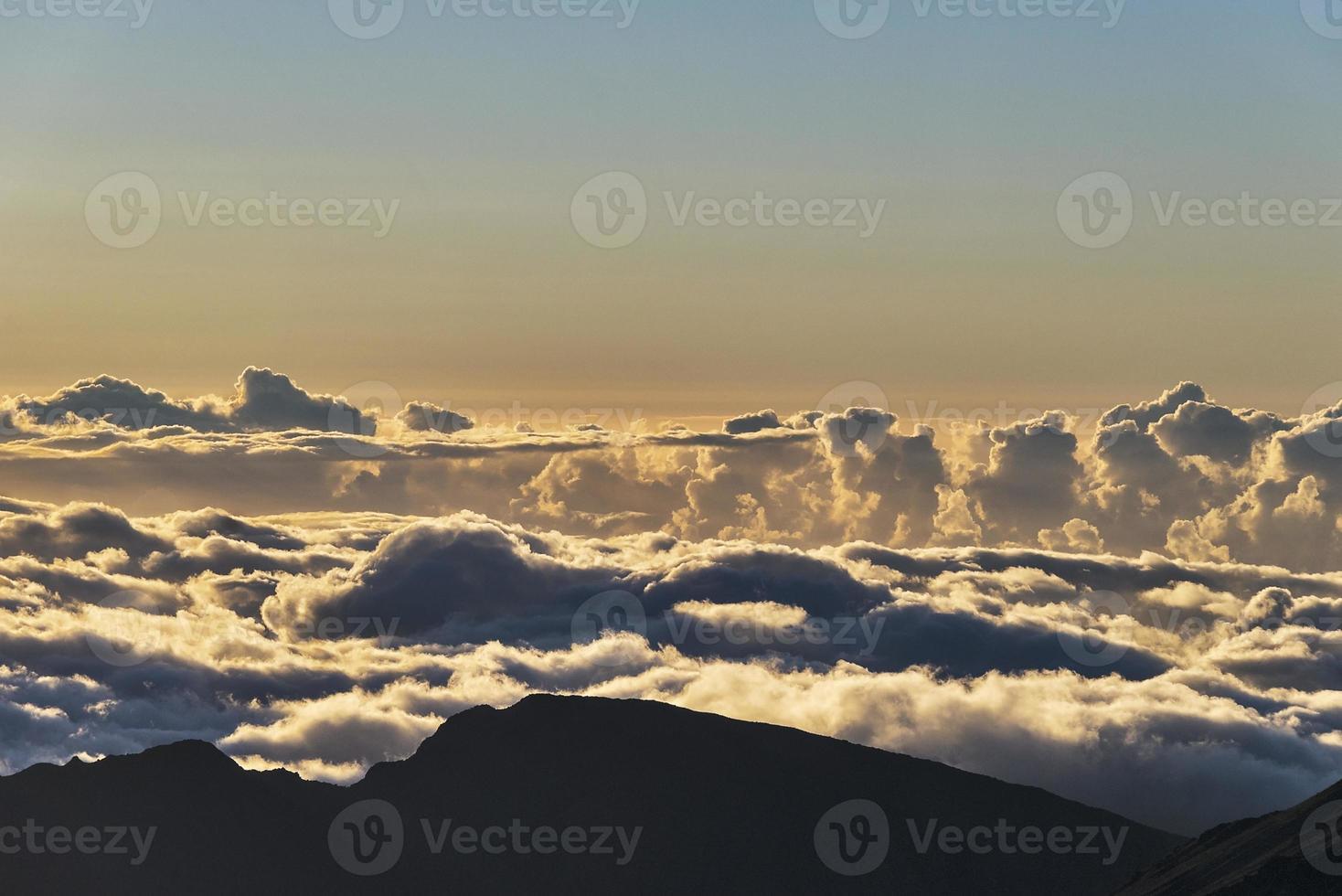 soluppgång ovanför molnen vid haleakala krater på maui foto