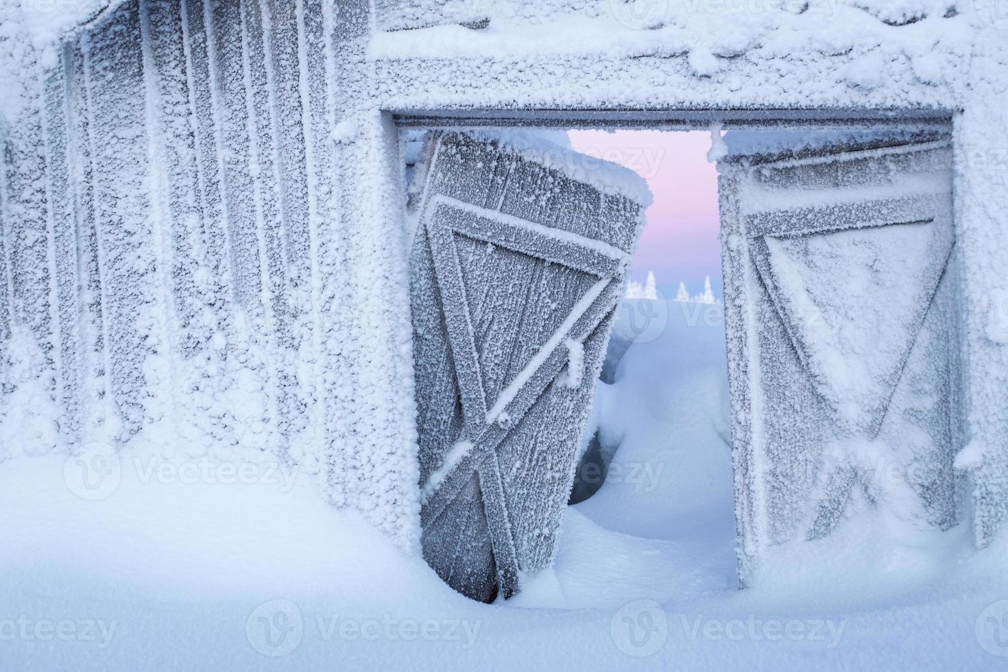 winterwonderland - övergiven bondgård täckt av djup snö på vintern foto