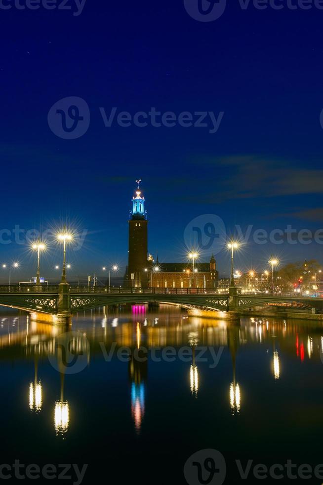 natt utsikt över Stockholms stadshus, sverige foto