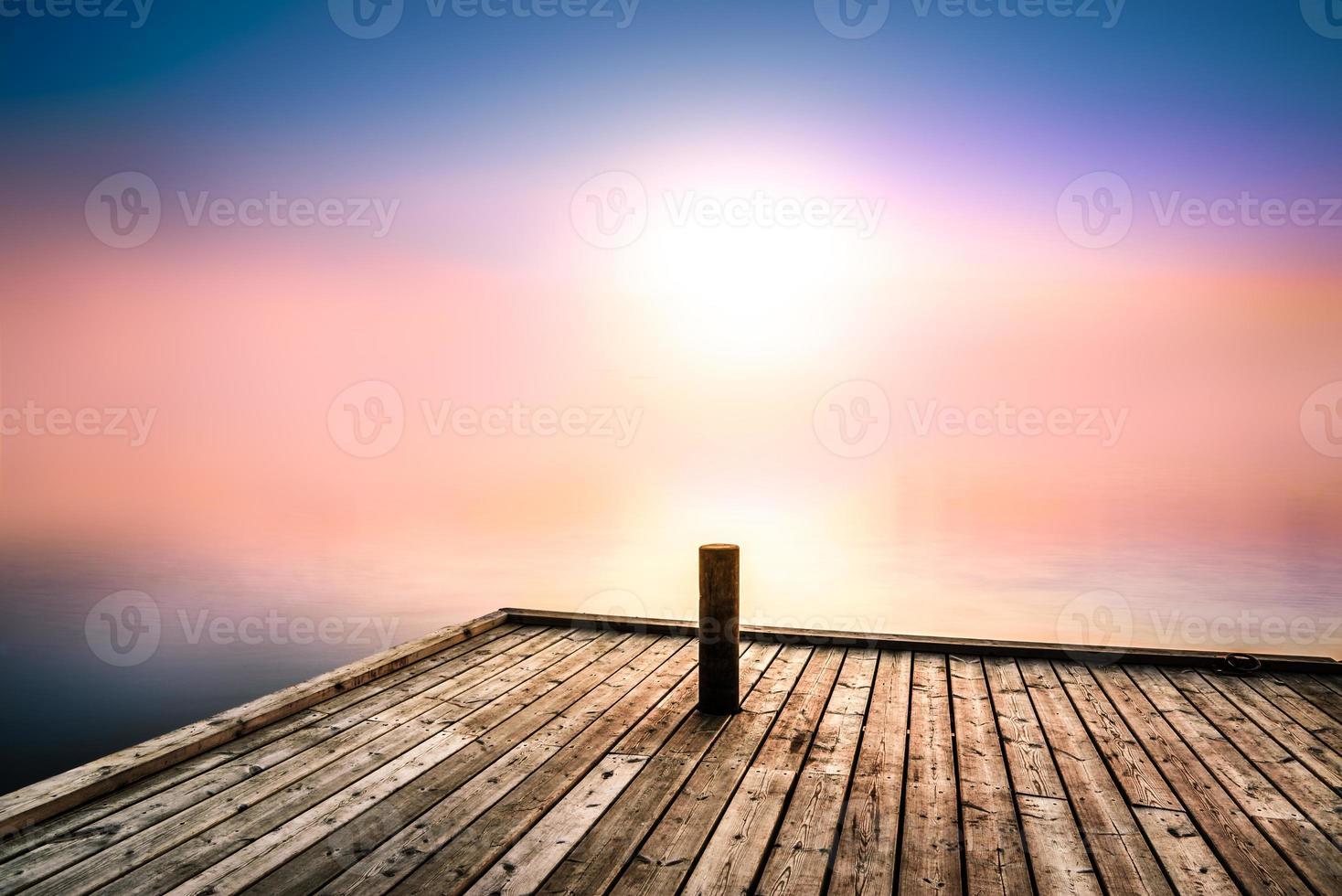 fredlig och mystisk bild med morgonljus över en sjö foto