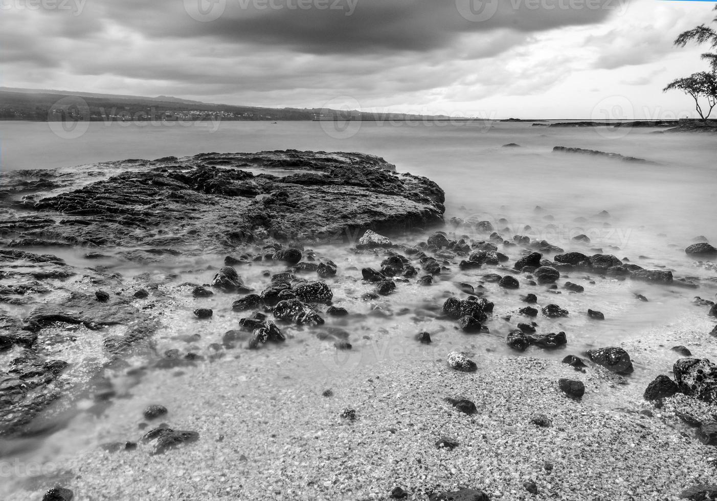 stor ö, hawaii kustlinje i svartvitt foto