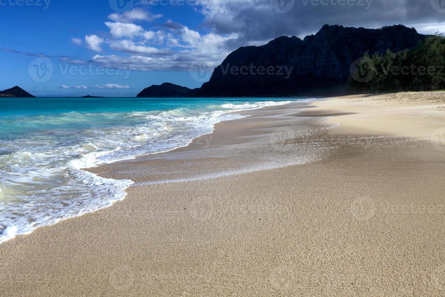 ensam på sandstranden foto
