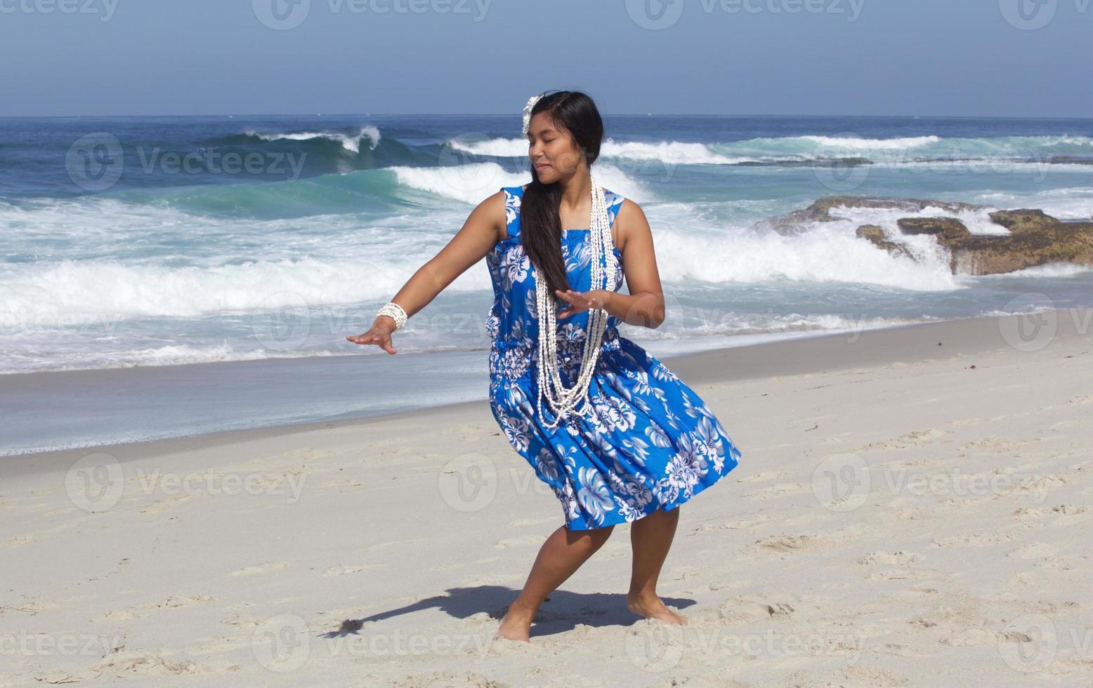 vacker tonårs hula dansare på en tom strand foto