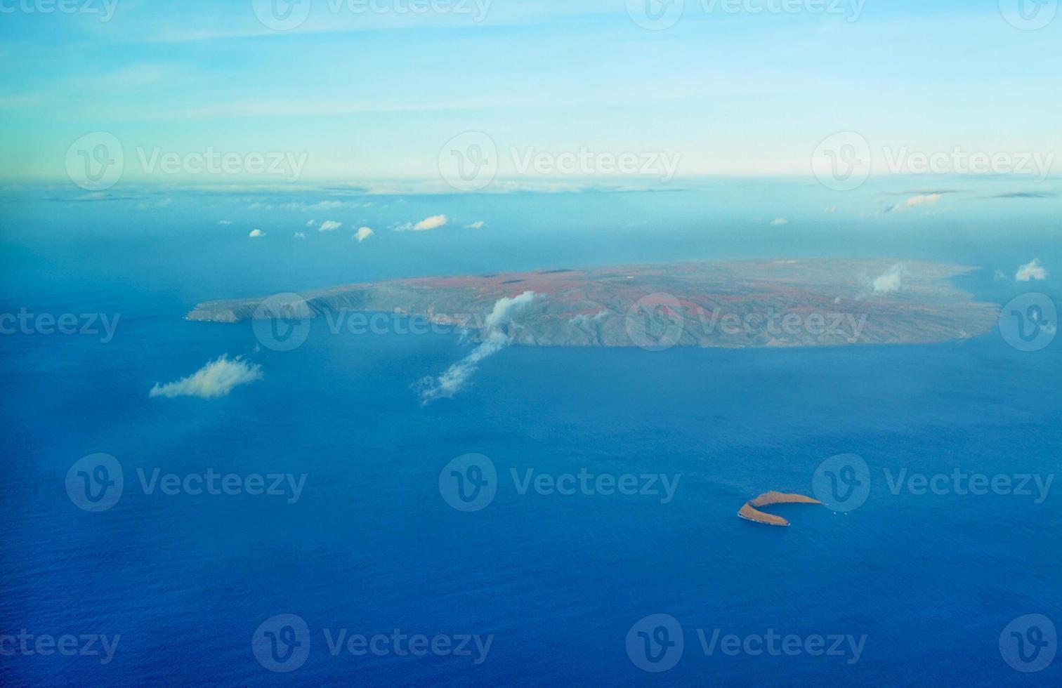 Flygfoto över molokini och ön Kahoolawe foto