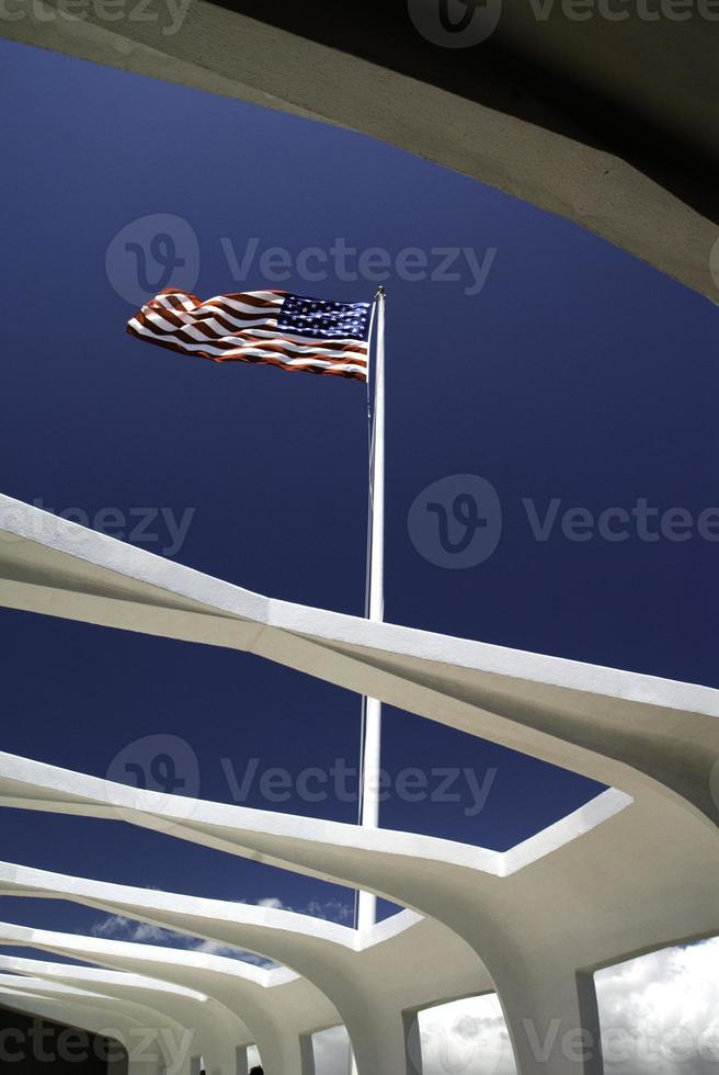 amerikanska flaggan vid Pearl Harbor Memorial foto