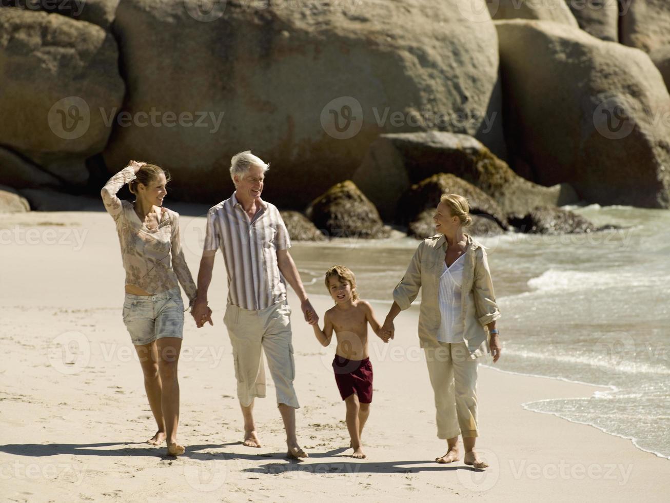 familj på en strand. foto