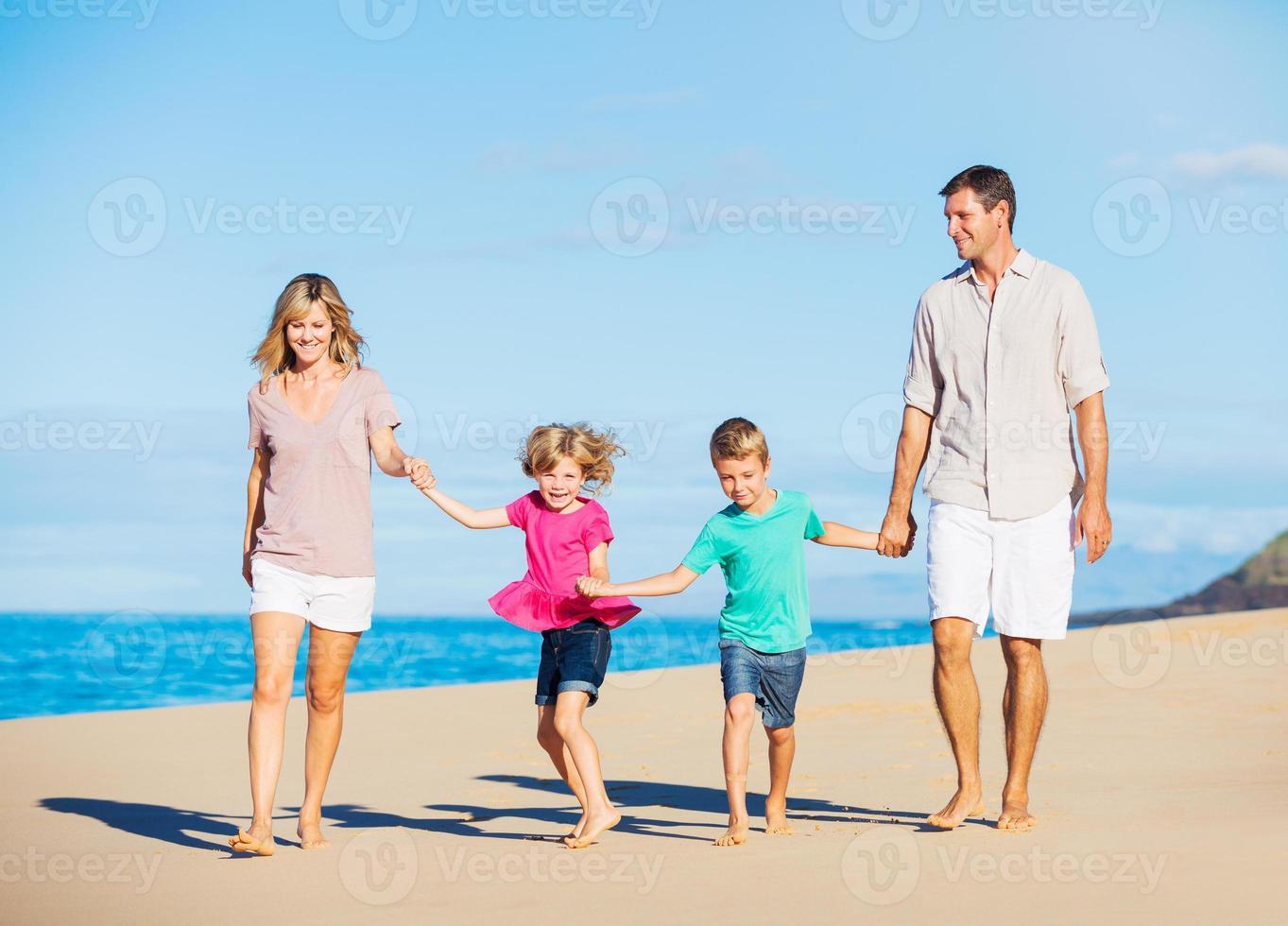 familj på stranden foto