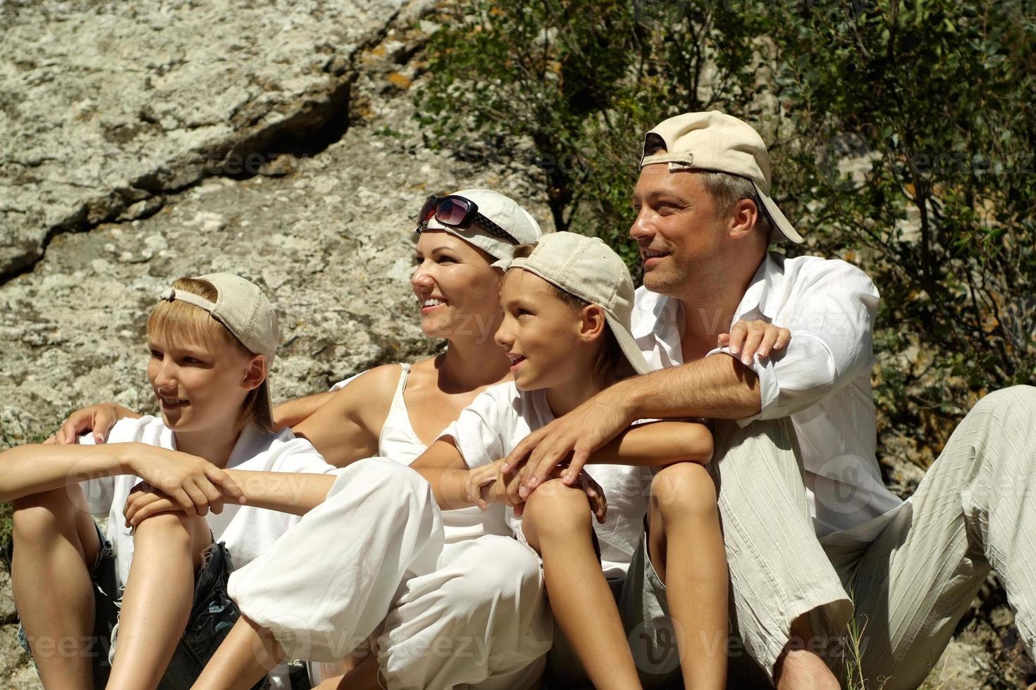 glad familj på fyra foto