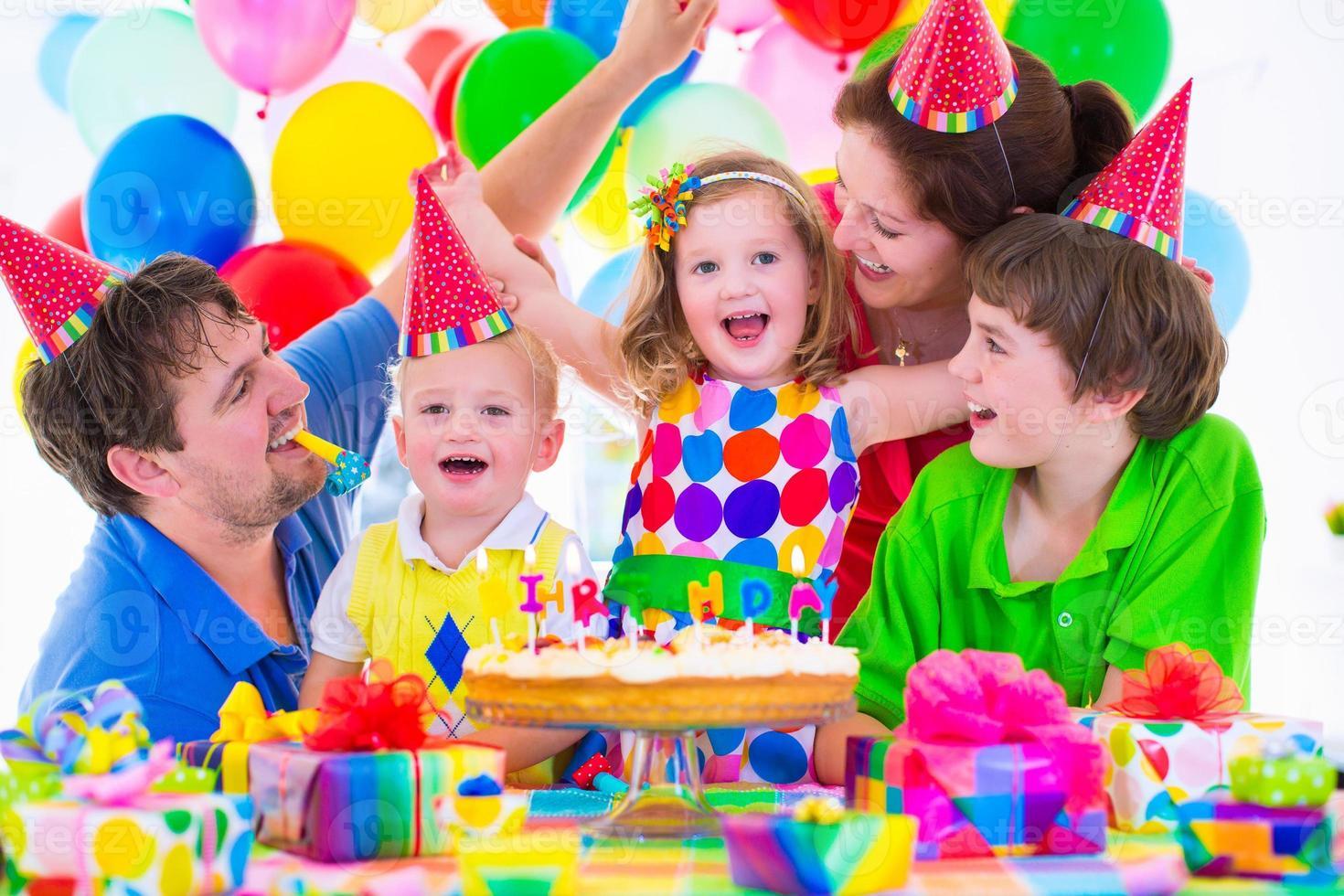 vacker familj firar födelsedagsfest foto