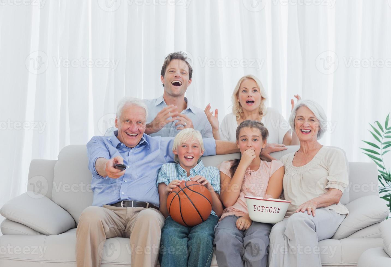 utökad familj tittar på tv foto