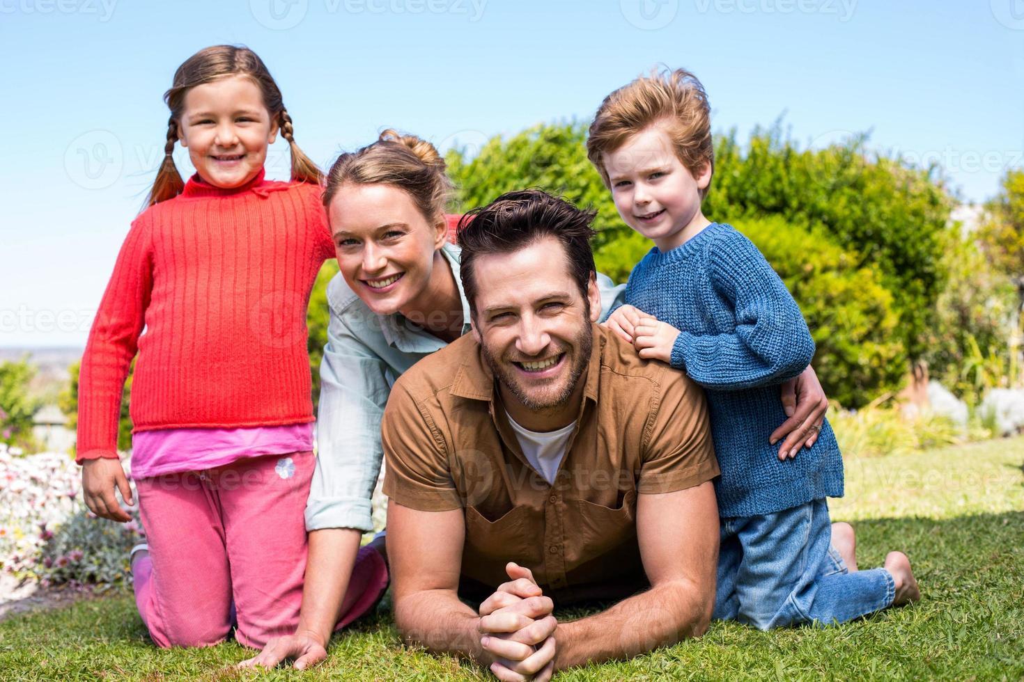 lycklig familj ler mot kameran foto