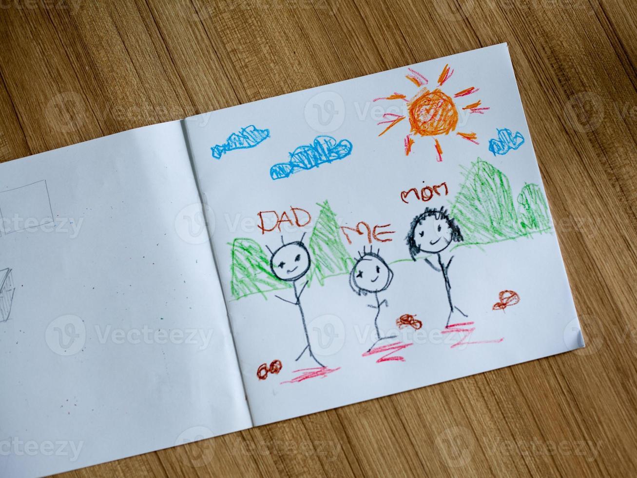familjeteckning på trägolv foto