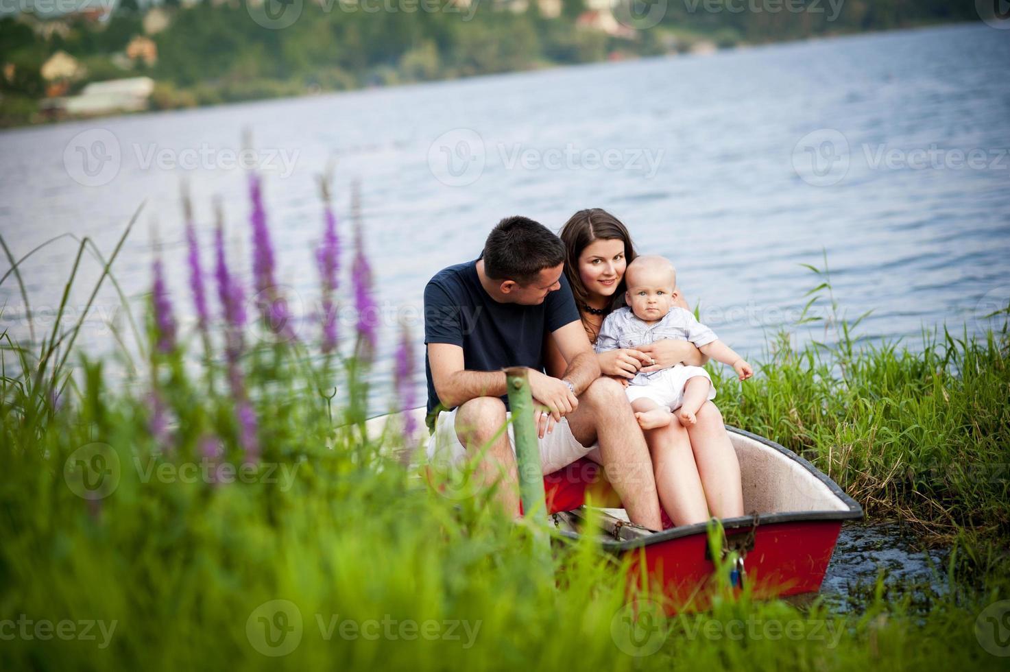 familj med baby på båt foto