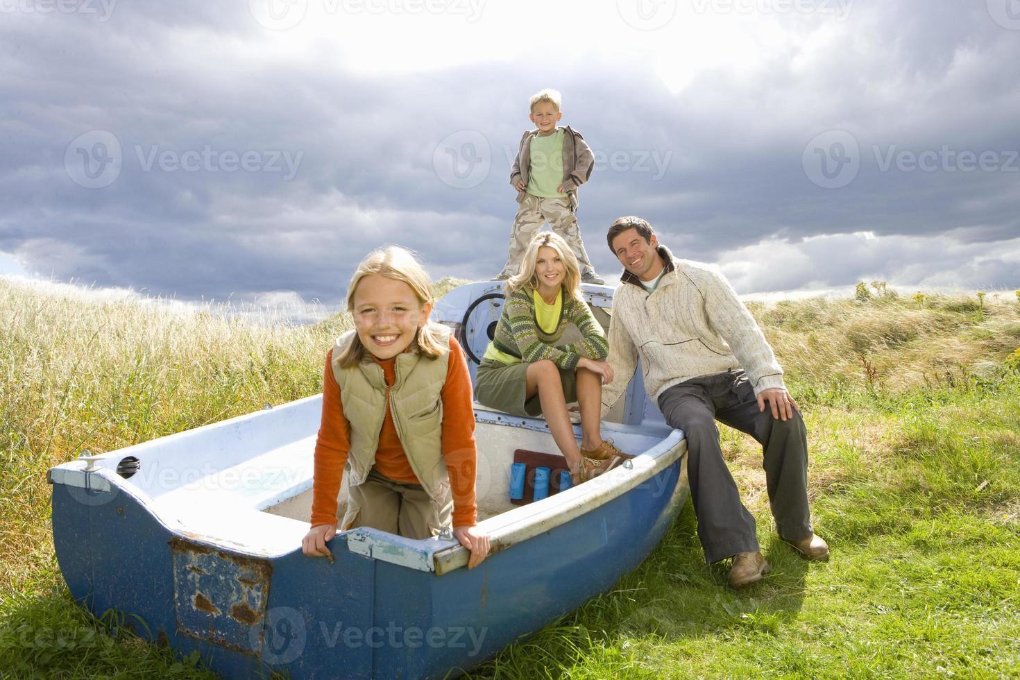 ung familj som sitter i båt foto