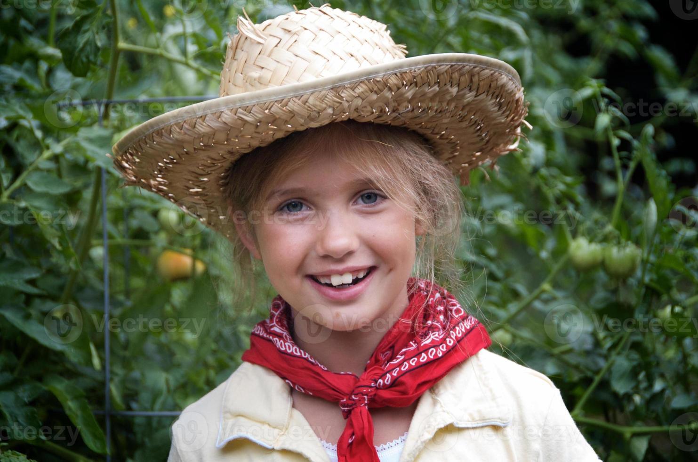 ung flicka i familjeträdgården foto