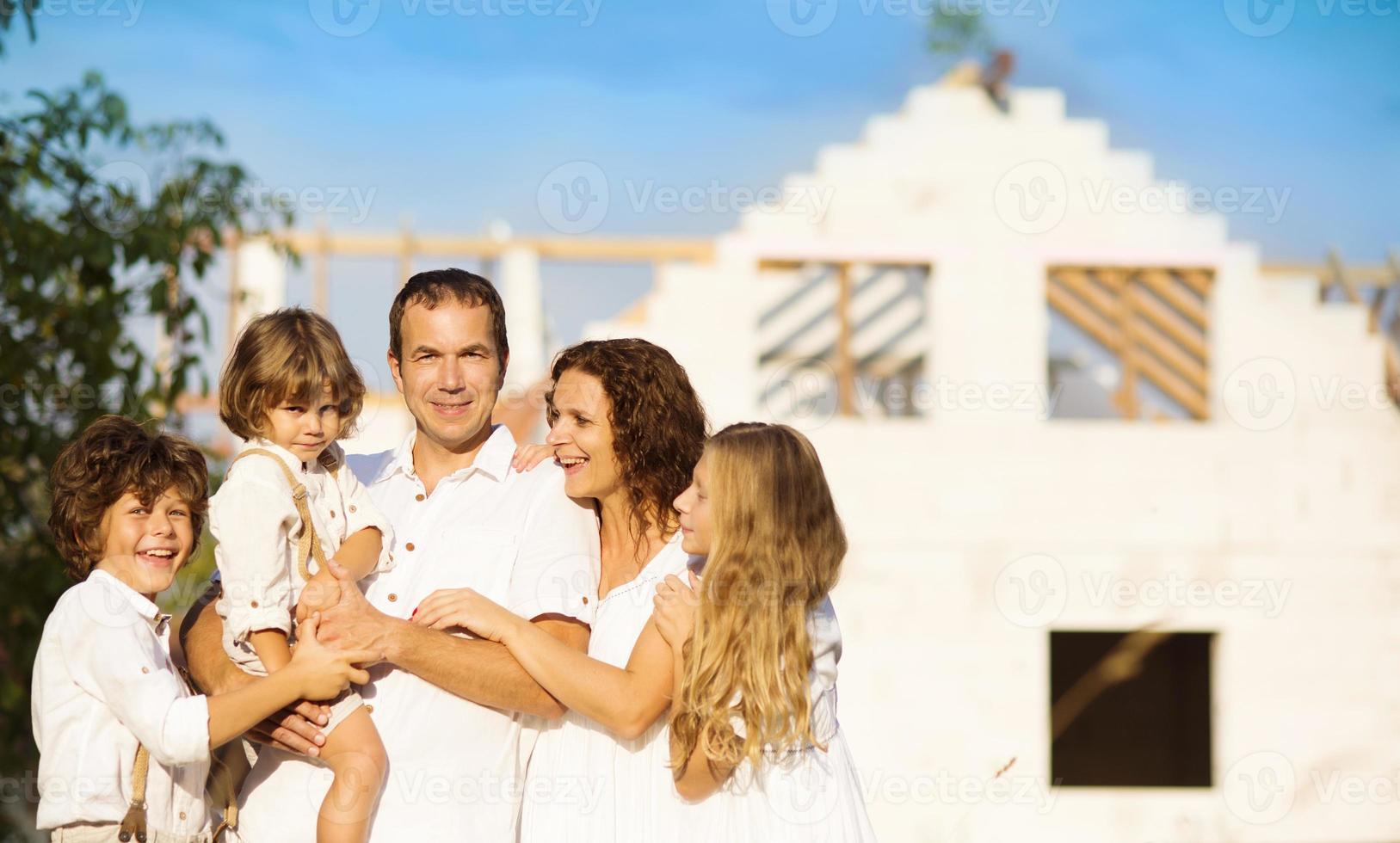 familj som bygger ett nytt hus foto