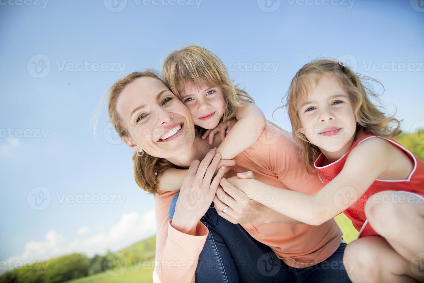 lycklig familj med tvillingflickor foto