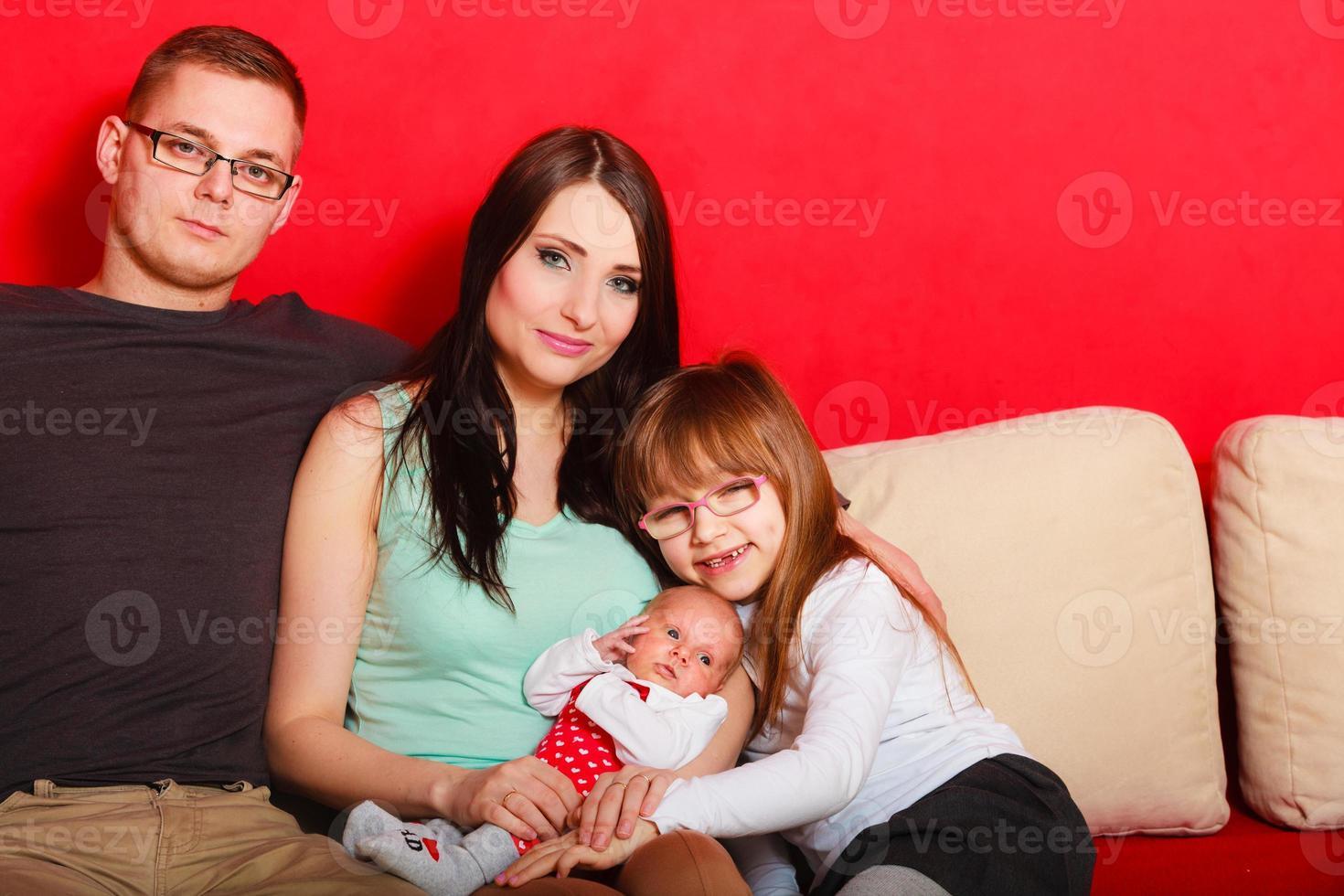 familj med nyfött flickastående foto