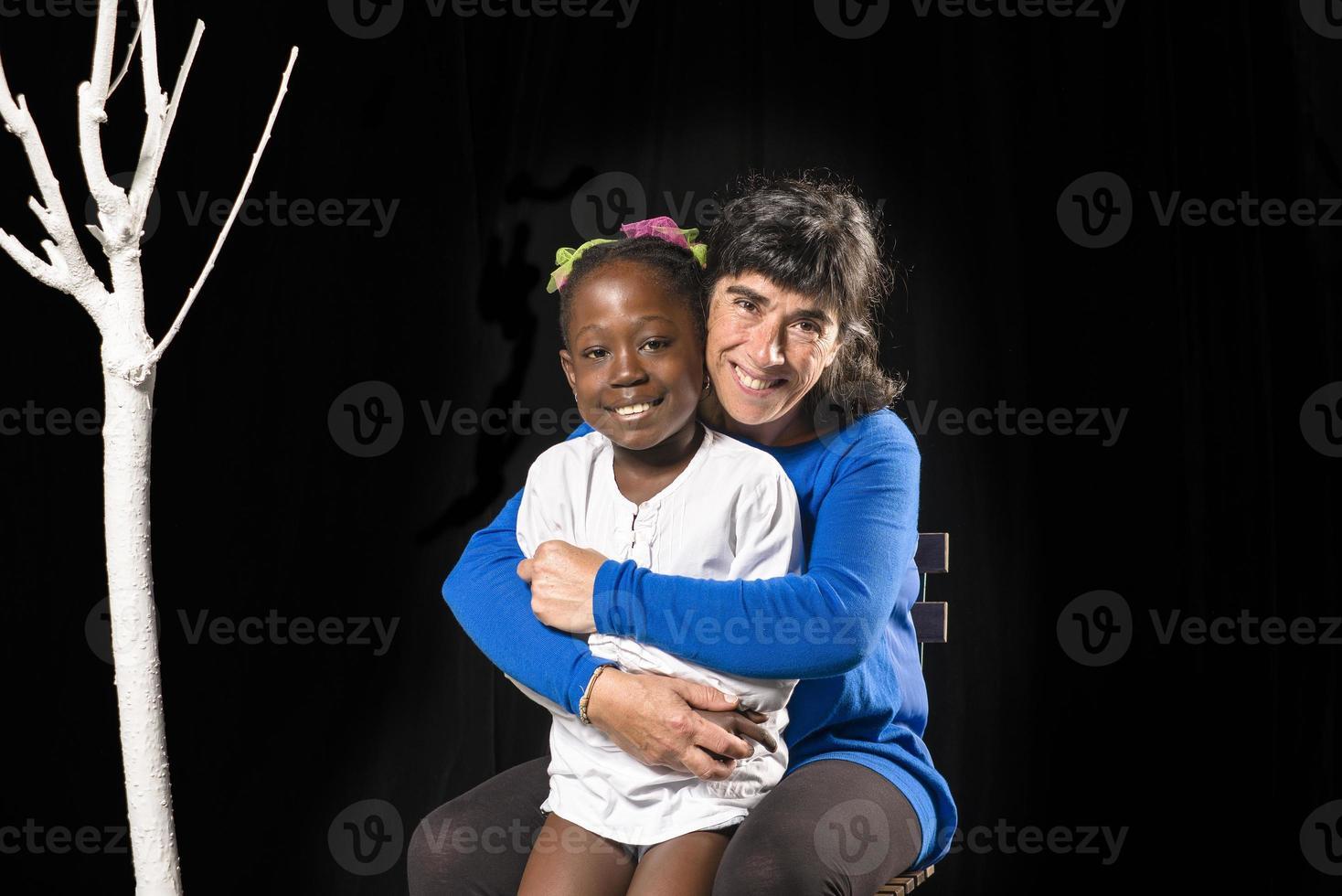 multiracial familj av mor och dotter foto