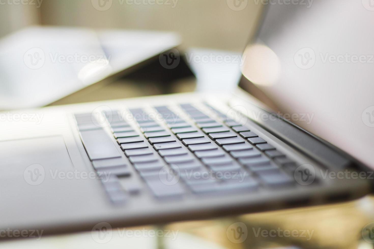 modern bärbar dator hemma, grunt skärpedjup foto